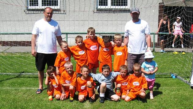 Kozlovičtí benjamínci se stali v sobotu vítězi turnaje pro kluky narozené v roce 2004 a mladší (vlevo), v neděli skončili domácí šestí.