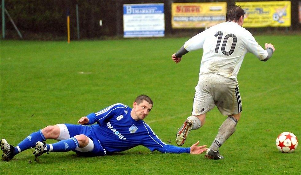 Divizní fotbalisté Lískovce (bílé dresy) prohráli v domácím prostředí s Petrovicemi 1:2.