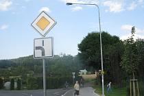 Lokalita za tratí v Třinci-Lyžbicích. Právě zde brzy vyroste kruhový objezd. Ilustrační snímek.