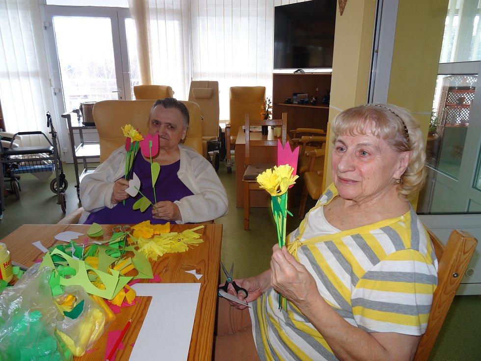 Senioři z Domova pro seniory ve Frýdku-Místku.