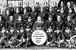 ČLENOVÉ sboru dobrovolných hasičů s českým velením se svou dechovou kapelou před budovou české školy v Mostech. Český hasičský sbor vznikl v roce 1926, přičemž zde již od roku 1913 existoval hasičský spolek vedený učitelem polské školy.