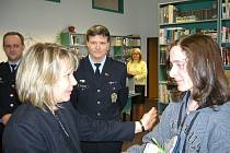 Policie odměnila dva učně, kteří chytili zloděje kabelky.