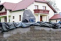 Památník obětem dvou světových válek pomalu mizí za zdí.