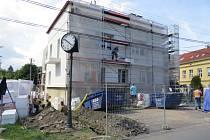 Bytový dům, v němž sídlí i sviadnovská pobočka České pošty, získává novou vizáž. Stavba, jež se nachází vedle základní školy, bude po rekonstrukci bohatší o dva byty.