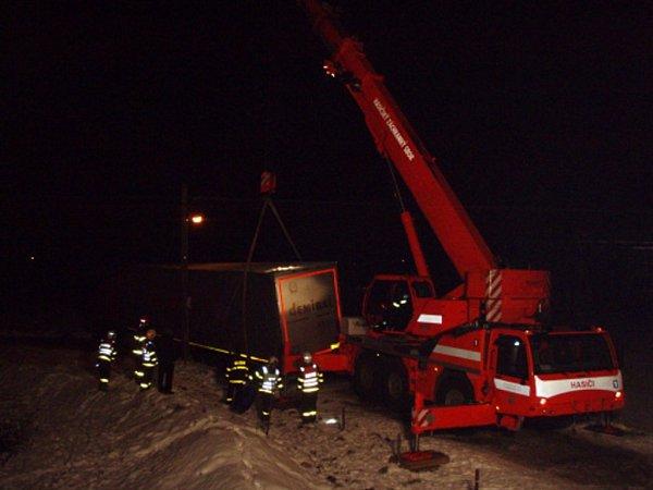 Kamion vyprostili hasiči.