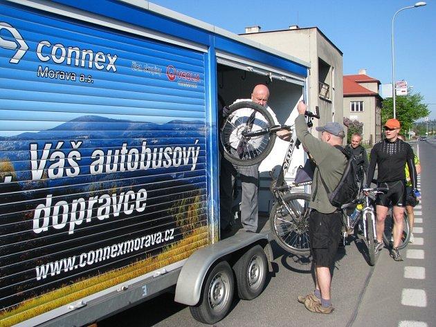 Speciálním autobusem se od soboty 10. května mohou svézt nejen obyčejní cestující, ale ve speciálním přívěsu je místo i pro kola cyklistů.