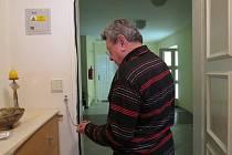 Radomír Tesarčík dohlížel nad instalací bezpečnostního řetízku v bytě své maminky v Domě s pečovatelskou službou ve Frýdku-Místku.