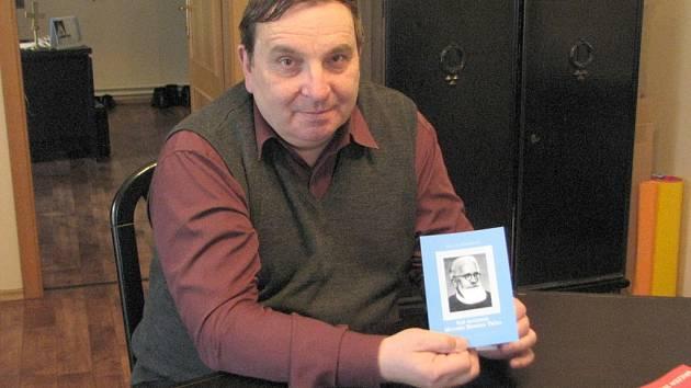Místecký děkan monsignor Josef Maňák v rukou drží brožuru o frýdlantském knězi Metoději Dominiku Trčkovi, který byl po své mučednické smrti prohlášen za blahoslaveného.
