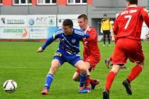 V derby byli tentokráte úspěšnější fotbalisté Třince (v modrém), kteří Valcíře zdolali 2:1.