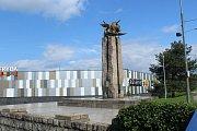 Památník Osvobození u Hlavní třídy ve Frýdku stojí na svém místě už padesát let. Za tu dobu stačila u řeky Ostravice vzniknout a zaniknout slavná sportovní hala, kterou v minulých letech vystřídalo obchodní centrum.