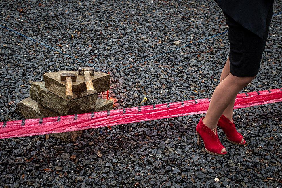 Primátorka města Třinec Věra Palkovská, 26. května 2020 v Třinci-Gutech při zahájení stavby repliky dřevěného kostela Božího Těla, který shořel po žhářském útoku v roce 2017.