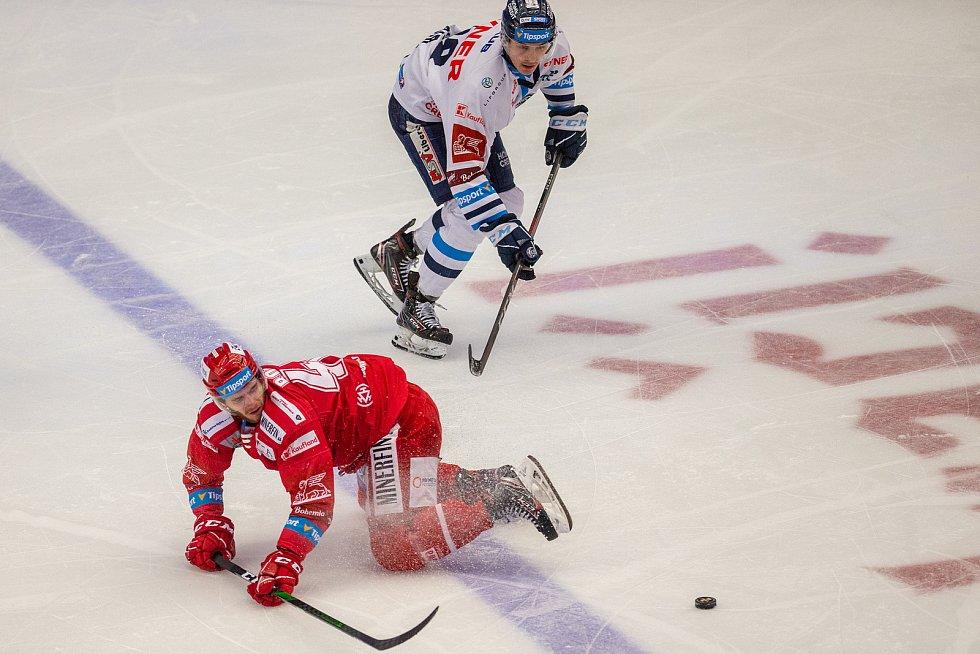 Finále play off hokejové Tipsport extraligy - 1. zápas: HC Oceláři Třinec - Bílí Tygři Liberec, 18. dubna 2021 v Třinci. Zleva Miloš Roman z Třince a Jan Šír z Liberce.