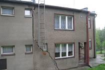 Na doporučení statika se musela ze svého domku v noci na středu 19. května vystěhovat jedna rodina v Dolních Domaslavicích. Kvůli sesuvu podmáčené půdy se majitelům barák doslova rozlomil na dvě poloviny.