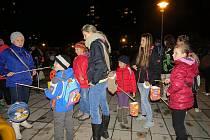 Lampionový průvod prošel v pondělí 16. listopadu Frýdkem-Místkem. Podle pořadatele se do pětikilometrové trasy zapojilo celkem patnáct set lidí.