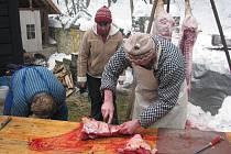 Areál Na mlýně v Kozlovicích nabídl v sobotu ukázku tradiční domácí zabíjačky. Lidé měli možnost vidět zpracování surovin i s výkladem.