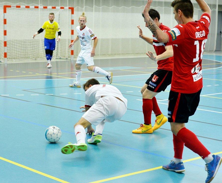 Obnovená premiéra v nejvyšší soutěži se třineckým futsalistům (v červeném) vůbec nepovedla. Před vlastními fanoušky prohráli v úvodním kole s Benagem Zruč vysoko 3:13.