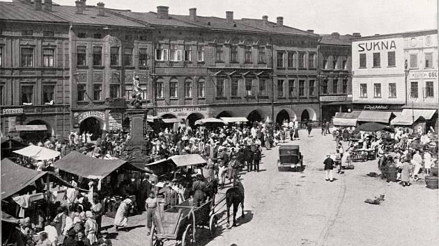 Bohaté trhy byly dříve nedílnou součástí dění na místeckém náměstí. Na jejich tradici v posledních letech navazují Beskydské farmářské trhy.