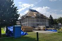 Na základní škole v Oldřichovicích se rekonstruuje střecha.