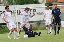 Třinečtí fotbalisté (v bílém) byli Slovácku vyrovnaným soupeřem.
