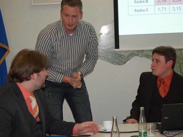 Zástupce dopravce z Jablunkova (uprostřed), David Čermák (vlevo) a Milan Dont diskutují o mýtném. Čermák po jednání v Třinci  uvedl, že zavedení diferentního mýta Vítu Bátrovi nedoporučí.