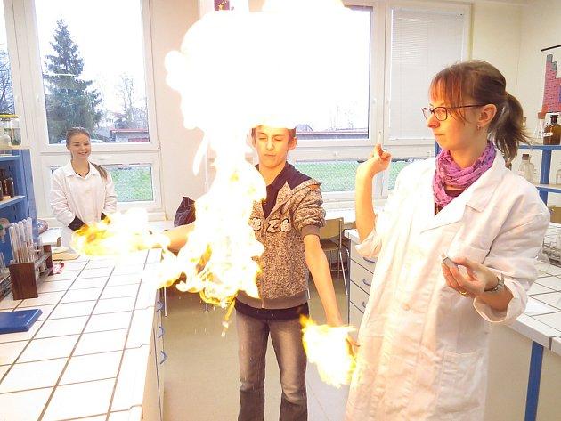 """Chemie """"na vlastní kůži"""". Ještě v prosinci si mohli žáci, kteří se na frýdeckém gymnáziu zúčastnili soutěže Zlatá cihla, vyzkoušet práci s chemikáliemi. Nyní by to nebylo možné."""
