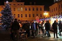 Vánoční trhy na místeckém náměstí připomínají, na rozdíl od prosincových nadprůměrných teplot, blížící se Štědrý den. Někteří stánkaři pociťují oproti minulému roku nižší tržby.