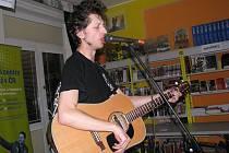 Mládež z Třince se v pátek večer sešla ve zdejším M klubu městské knihovny, kde koncertoval Jakub tichý z Frýdku-Místku.