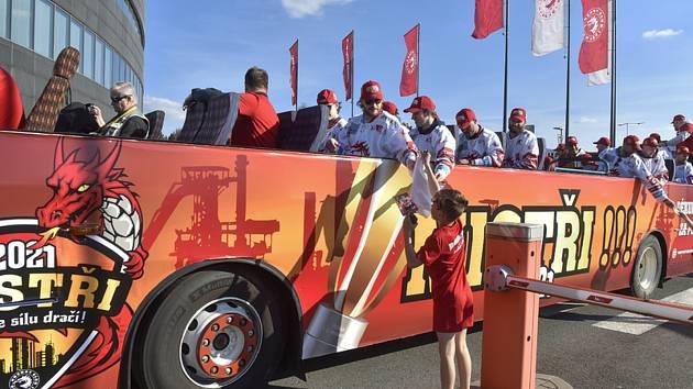 Hokejisté Třince 30. dubna 2021 oslavili zisk mistrovského titulu tradiční jízdou cabrio-busem městem.