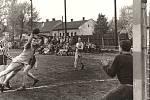Zápas házenkářů TJ Sokol Paskov na domácím hřišti okolo roku 1955. O tři roky později se tým probojoval až do 1. československé ligy, kde působil sezóně 1958/1959.