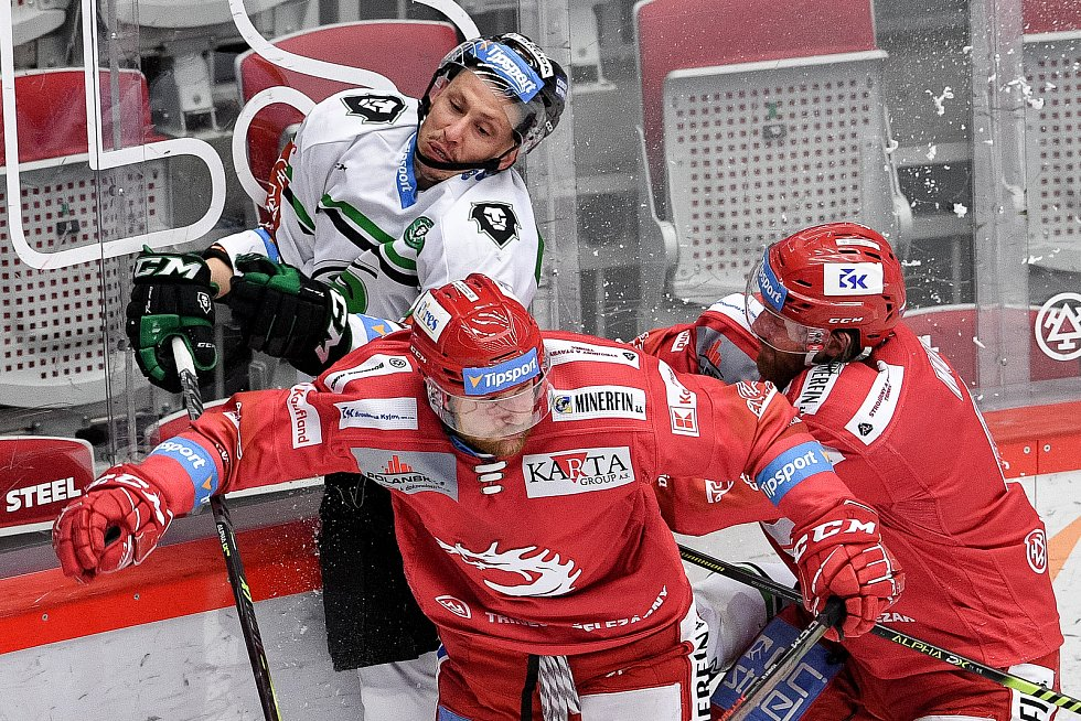 Semifinále play off hokejové Tipsport extraligy - 7. zápas: HC Oceláři Třinec - BK Mladá Boleslav, 15. dubna 2021 v Třinci. (zleva) Martin Ševc z Mladé Boleslavi, Marian Adámek z Třince a David Musil z Třince.
