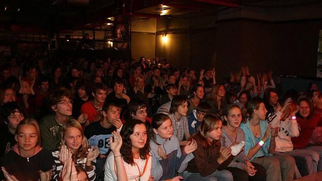 Návštěvníci výchovného koncertu ve Stounu.