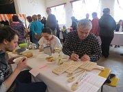 Vesnický velikonoční jarmark pobavil v sobotu dopoledne obyvatele Nošovic a okolí. V restauraci Radegastův šenk proběhla soutěž o nejlepší zelňačku a masný výrobek. V sále nechyběl ani stánek ZŠ a MŠ Nošovice.