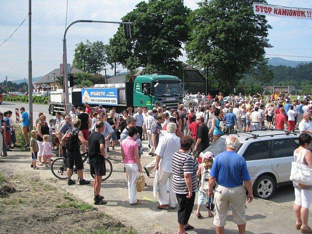 Stovky lidí protestovaly v Hrádku proti husté kamionové dopravě na silnici I/11.