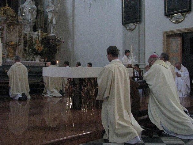 Nový oltář v místeckém farním kostele svatého Jana a Pavla v sobotu posvětil biskup Ostravsko–opavské diecéze František Lobkowicz.