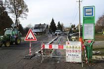 Stavba nového chodníku začíná u autobusové zastávky poblíž lískoveckého hřbitova.