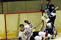 Hokejisté Frýdku-Místku (světlé dresy) prohráli na ledě havířovského AZetu po boji 4:6.