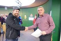 Jubilejní návštěvník Václav Lukoš z Jablunkova (vlevo) přebírá pamětní certifikát od manažera závodu Iva Kaňáka. Těšit se může i na skleněný půllitr s vybroušeným vlastním jménem.