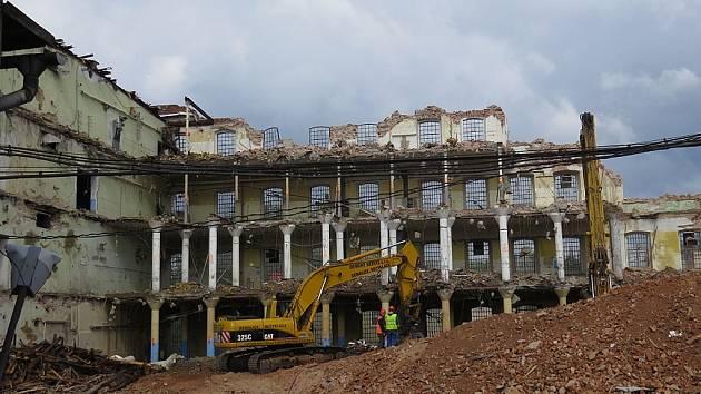 Jako po výbuchu bomby to nyní vypadá v areálu bývalé přádelny v Nádražní ulici ve Frýdku-Místku. Dělníci se pouští do demolice obvodových stěn. Z mohutné továrny toho už mnoho nezbylo.