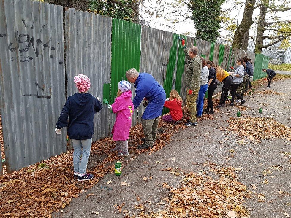 Natírání plotu ve Faunaparku.