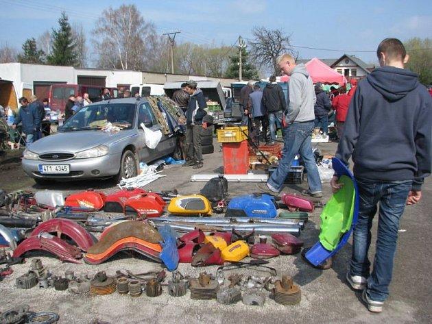 Několik set lidí využilo slunečného počasí a v sobotu 7. dubna navštívilo auto-moto burzu historických vozidel, která se konala na parkovišti pod přehradou v Bašce.