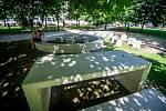 V parku Čs. letců jsou nově betonové lavičky.