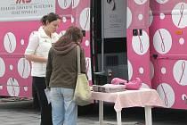 Růžový autobus křižující v těchto dnech celou republiku v rámci akce zaměřené proti rakovině prsu si ve středu vybral ke své zastávce náměstí Svobody ve Frýdku-Místku.