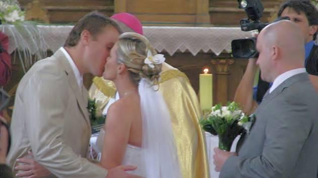 V Janovicích se v sobotu 13. června oženil slavný hokejista Pavel Kubina. Svatba to byla vskutku hokejová, za manželku si totiž vzal dceru neméně slavného hokejisty Františka Černíka Andreu.