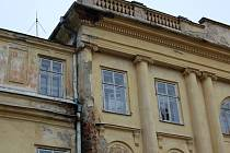 Chátrající zámek v Hnojníku.