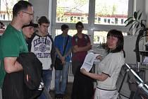 Vybraní studenti a pedagogové středních škol se podívali i do laboratoře.