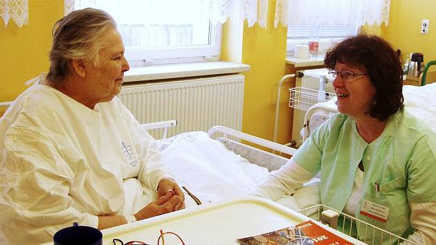 Dobrovolnice při návštěvě pacientky v Nemocnici Třinec.