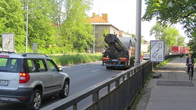 """Speciální dopravní značka upozorňuje řidiče na pravidlo """"zipování"""". Obzvlášť ve špičce může dodržování pravidla urychlit provoz na frekventované silnici."""