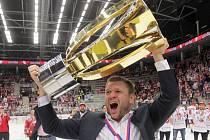 Václav Varaďa s mistrovským pohárem.