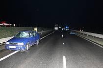 Mladík se snažil přejít vozovku. Po střetu s projíždějícím vozidlem byl na místě mrtev.