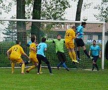 Fotbalisté Tošanovic (ve žlutém) dostali během posledních třech kol 30 branek.